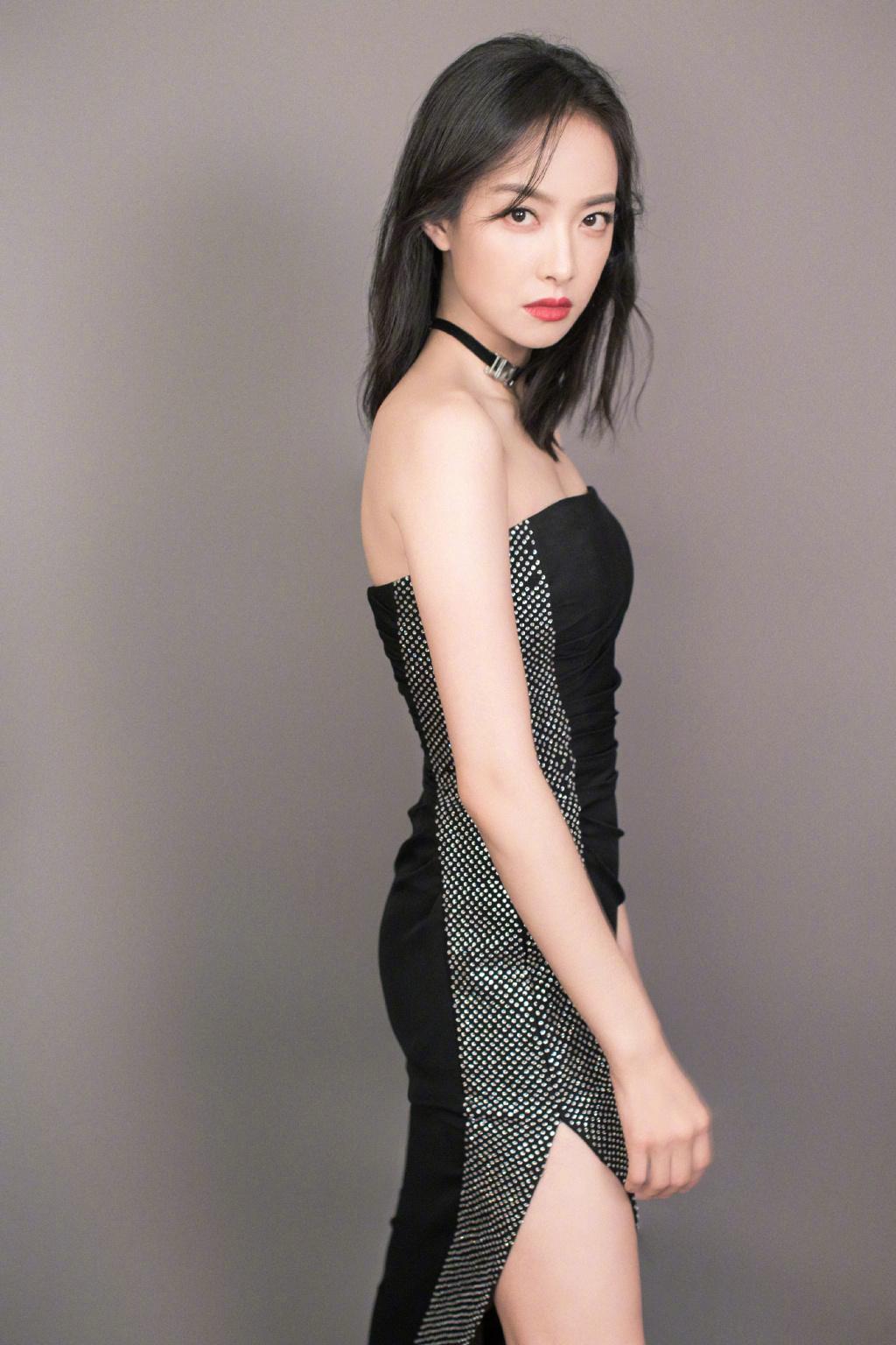 宋茜闪钻开叉礼服裙 突显卓越身姿和高雅气质