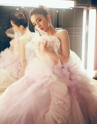 佟丽娅身穿粉色纱裙 妆容精致露出性感锁骨