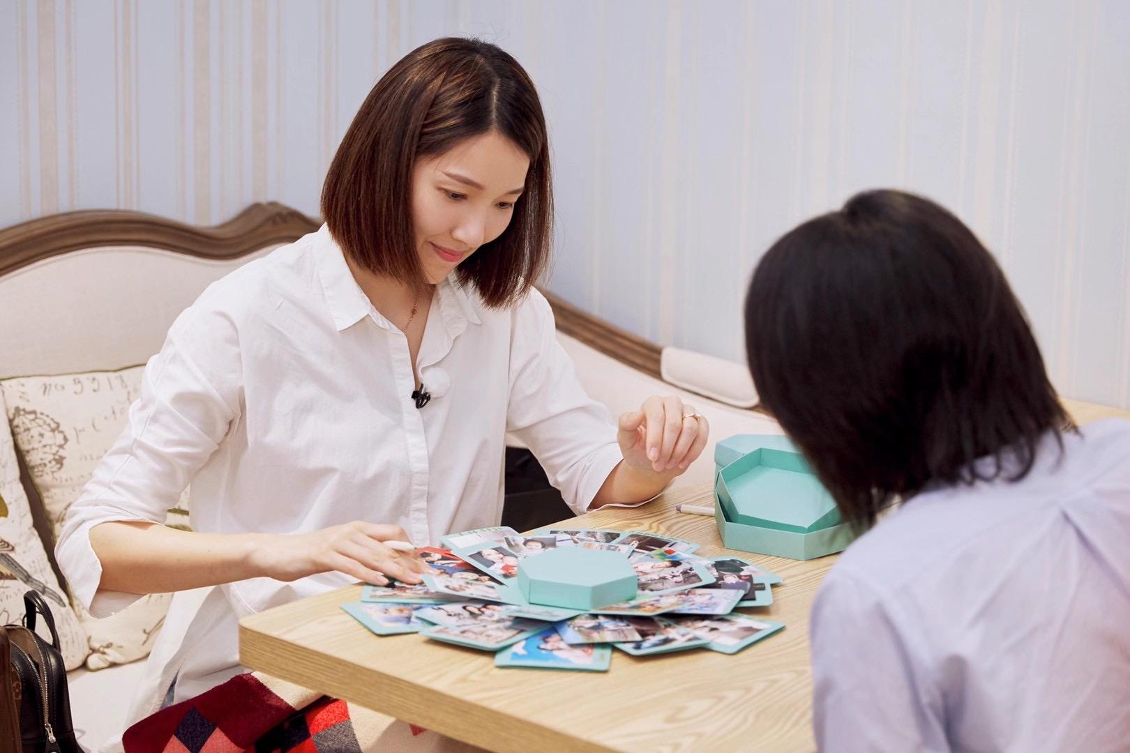 《做家务的男人》王卓林和他的妻子寻找童年记忆 创作了一幅全家福
