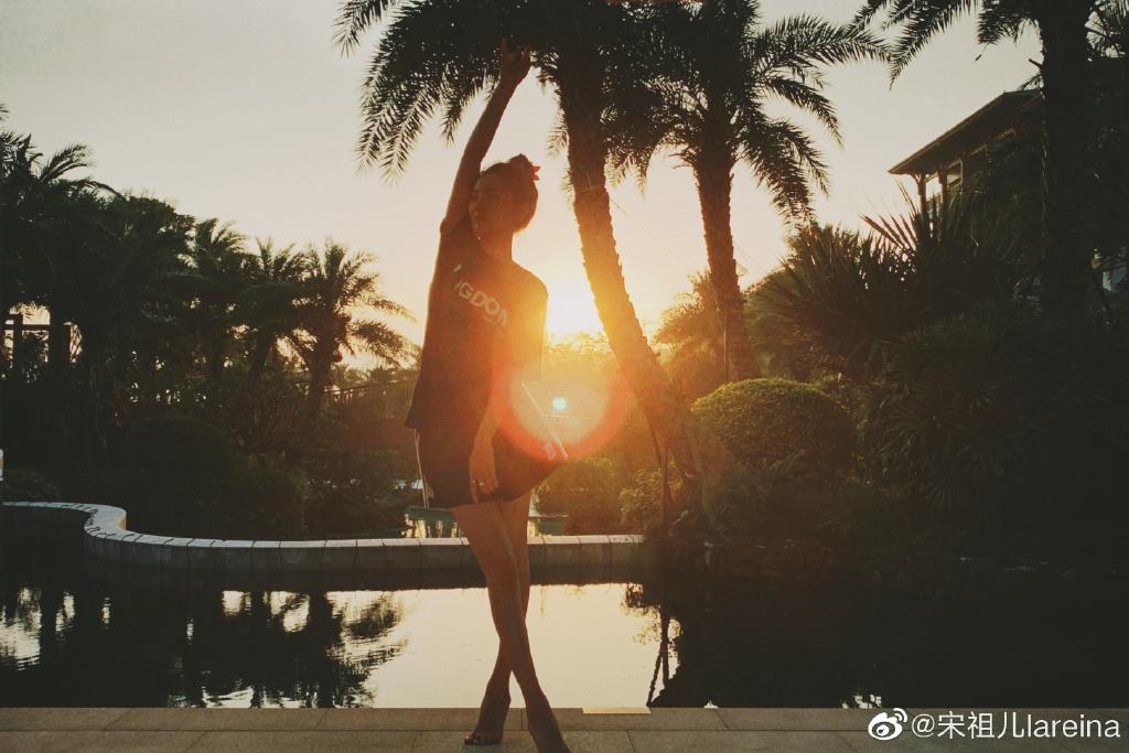 《【恒耀代理平台】宋祖儿晒夕阳俯角自拍 头戴小花清新可爱》