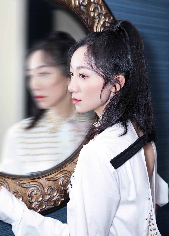 韩雪身着衬衫裙出席时尚活动 干练高马尾气质迷人