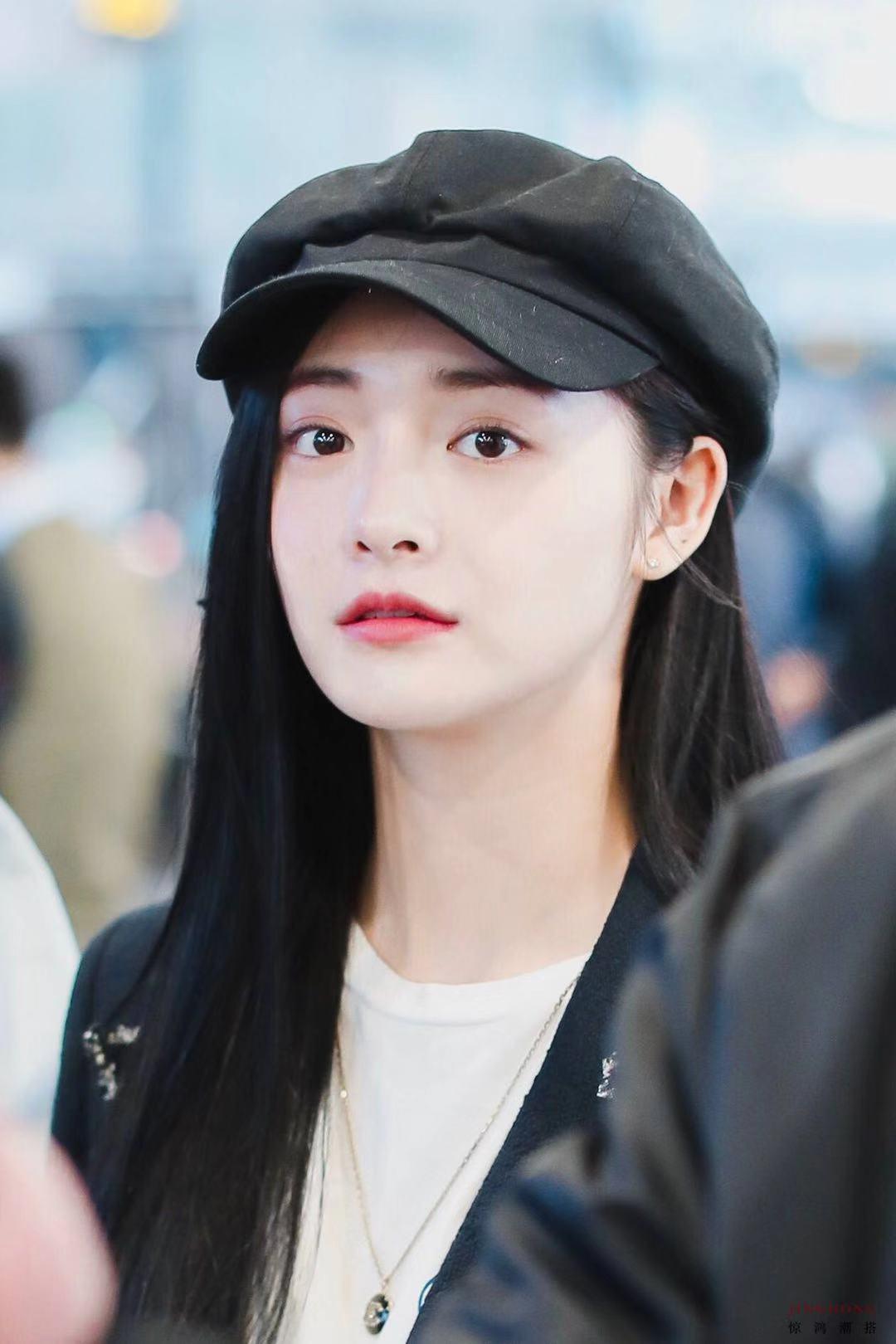 周洁琼现身北京机场 学院风装扮少女感十足