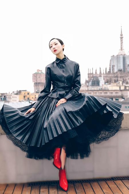 韩雪米兰时装周气场全开 黑裙红唇时尚感满分