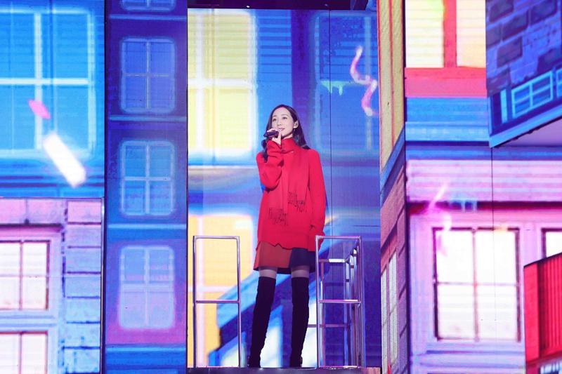 韩雪央视网络春晚路透图曝光 红色毛衣尽显魅力