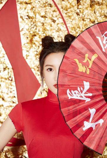 苏青红色旗袍尽显东方韵味 米奇老鼠头吸睛