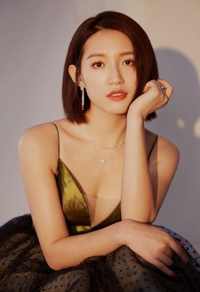 苏青惊艳亮相盛典 复古长裙尽显典雅气质