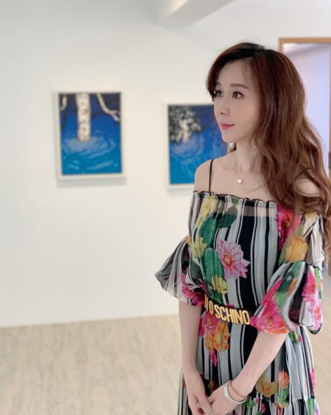 萧蔷出席友人艺廊开幕 着薄纱碎花裙优雅端庄