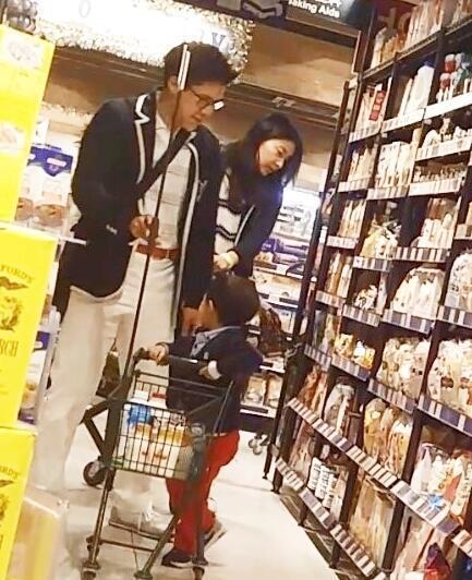 郭晶晶一家亮相超市 儿子一刻也离不开妈妈