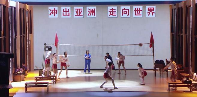 梁静李宇春上演球场对决 双马尾冲天辫重现中国女排经典造型