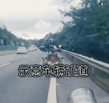 3名摩托小哥帮救护车开道  为三名正能量摩托小哥点赞