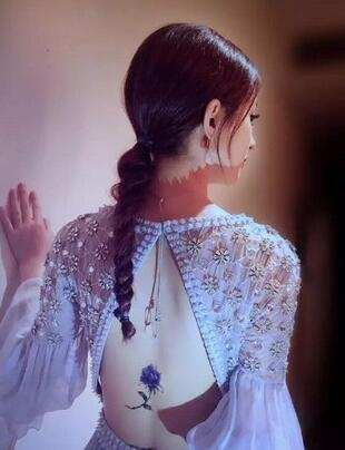 赵丽颖后背花朵形纹身有故事 为掩饰腰伤