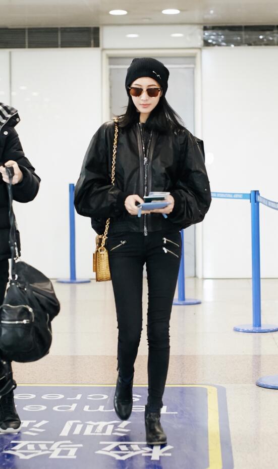 张钧甯受邀前往纽约时装周 引领机场舒适新风尚