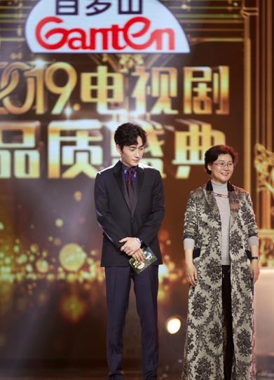 朱一龙出席2019电视剧品质盛典 现场收获双项荣誉肯定