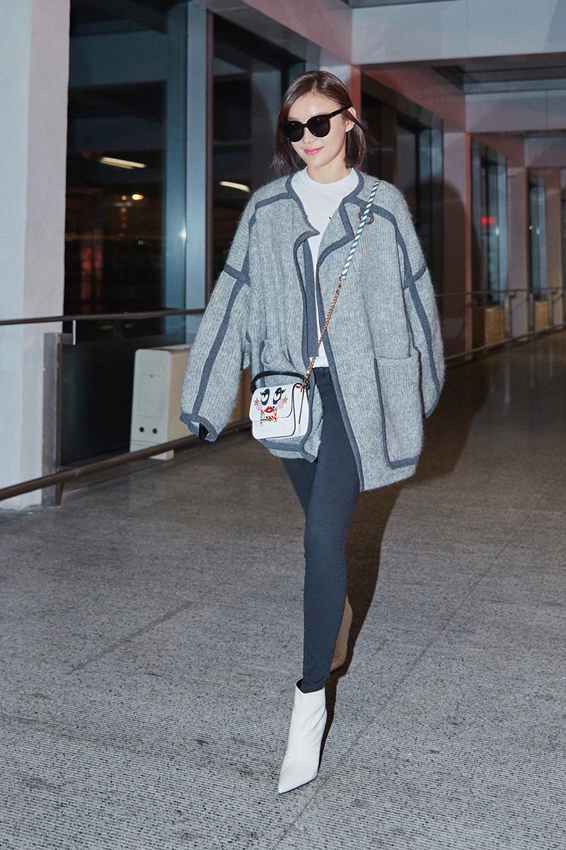 袁姗姗现身机场优雅甜美 网友:行走的大长腿