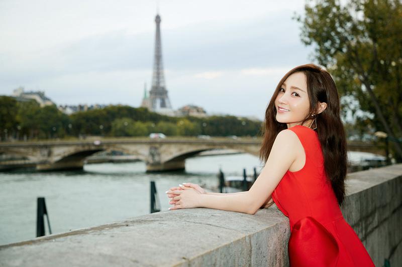 姚笛身着高贵红漫步巴黎街头 笑容明媚尽显优雅好气色