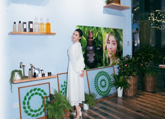 佟丽娅清新白裙现身品牌活动 暖心寄语新年新期待