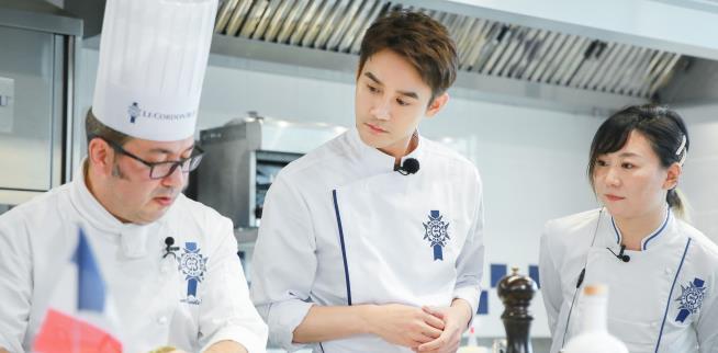 《青春环游记》浪漫法国之旅开启 王凯厨师装养眼放歌塞纳河