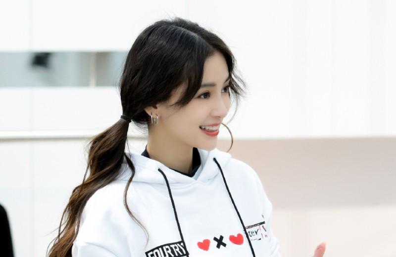 杨颖参加大型旅行类节目《奇遇人生》,带着迷惘与困惑,她选择了骑行