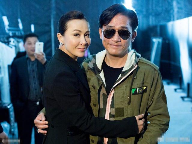 54岁梁朝伟被错认成瘦版黄磊,他抱老婆还用绅士手被看出无奈感