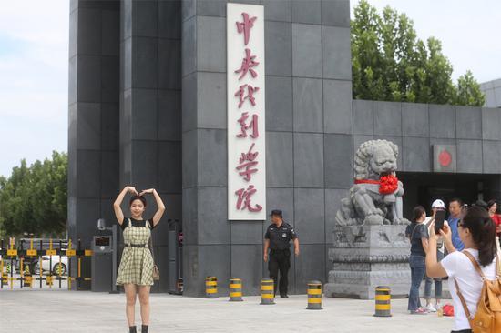 中戏开学近600准明星报到 蒋依依现身昌平校区