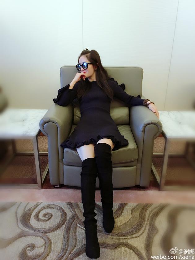 谢娜机场候机 超短裙长腿大秀绝对领域