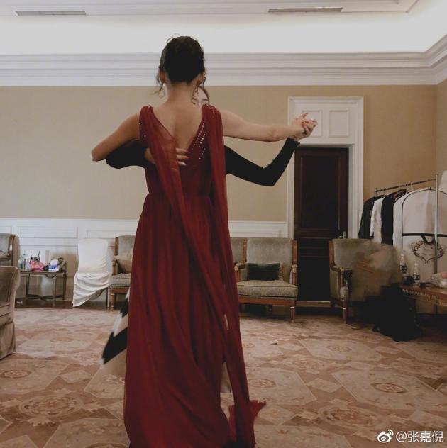 张嘉倪穿露背红裙跳舞引回忆杀 网友: 想到了紫菱