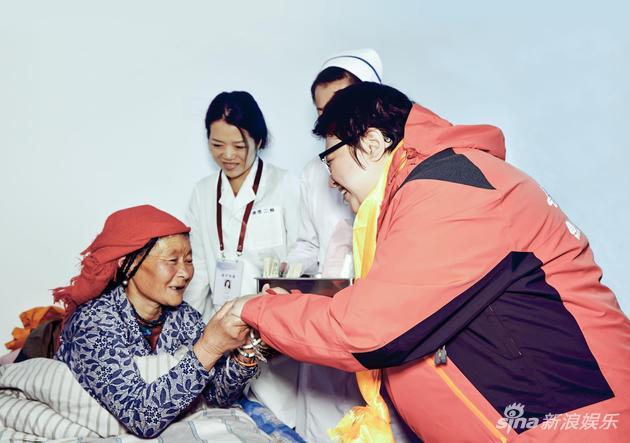 《【恒耀网上平台】十年坚持!韩红爱心暖重阳 践行尊老敬老传统美德》