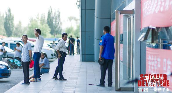 """《平原上的夏洛克》曝""""屋顶金鱼""""海报  """"中国式罗曼蒂克""""观众直呼超暖心"""