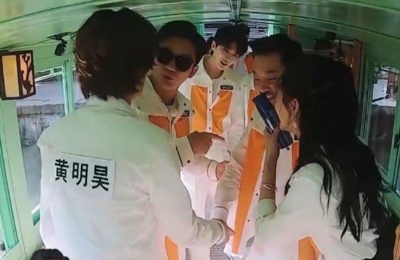 关晓彤参加《奔跑吧》,刻意与他保持距离,网友:怕鹿晗吃醋?