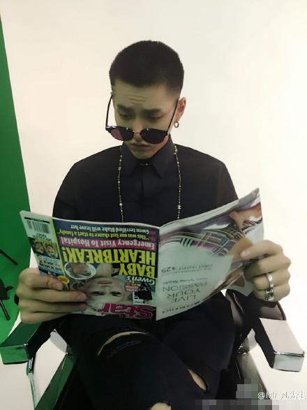 吴亦凡晒戴墨镜看杂志搞怪 网友:书倒了(图)