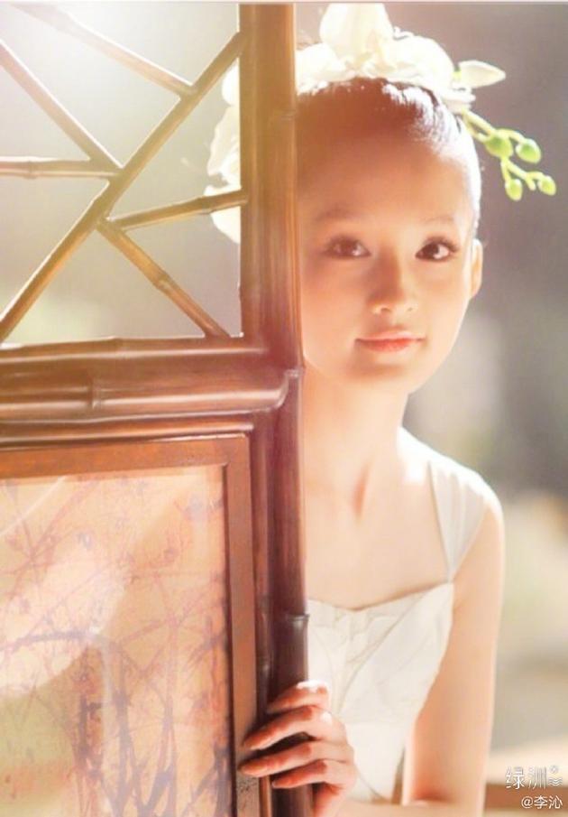 李沁绿洲晒旧照纪念开博十年 着吊带白裙清纯可人