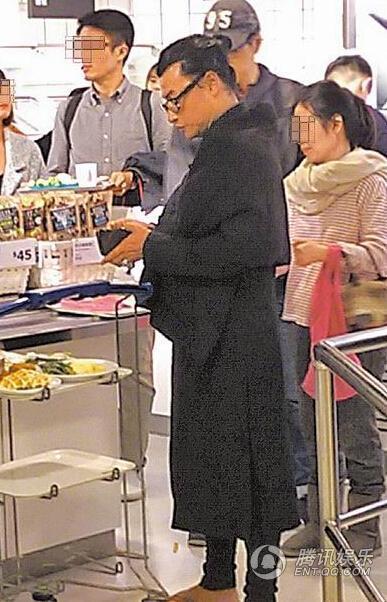 44岁小帅虎陈志朋打扮似道士 现身人群无人识