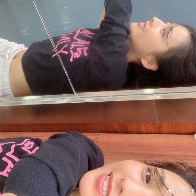 光辉娱乐官方网址佟丽娅深夜晒自拍照 露纤细小蛮腰满屏少女风