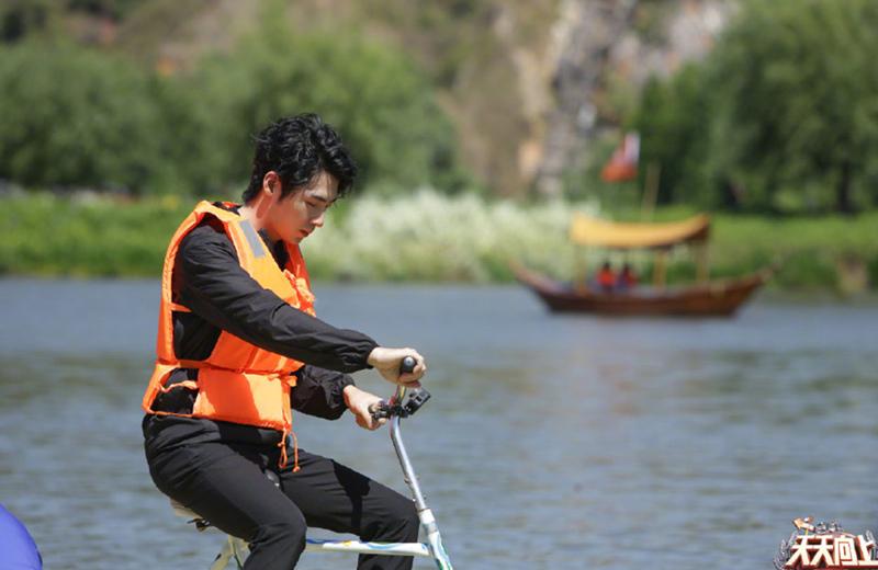 《天天向上》汪涵不告而别,王一博骑水上自行车坐姿危险