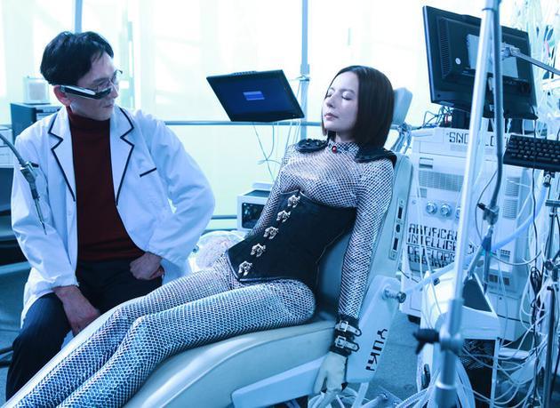 贝基将在电影中装饰两个角色来挑战人类和神秘的人工智能