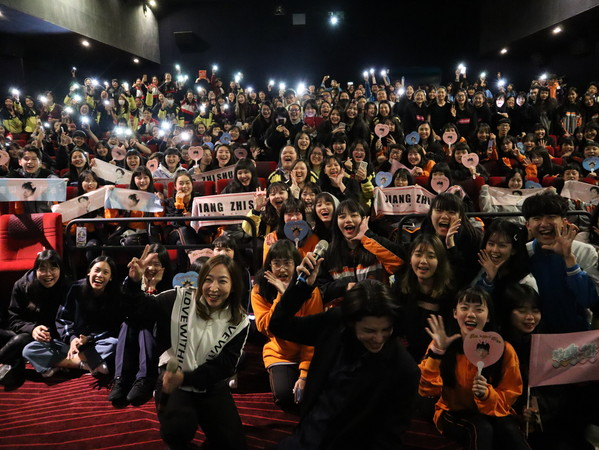 导演承诺票房破亿王大陆跳舞娘 全场观众瞬间激动