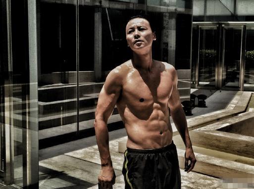 听蔡少芬炫夫:我老公8块腹肌 完全是个极品