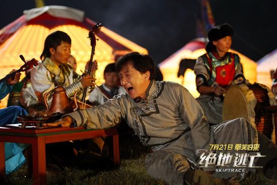 《绝地逃亡》曝正片片段 成龙搞笑翻唱阿黛尔