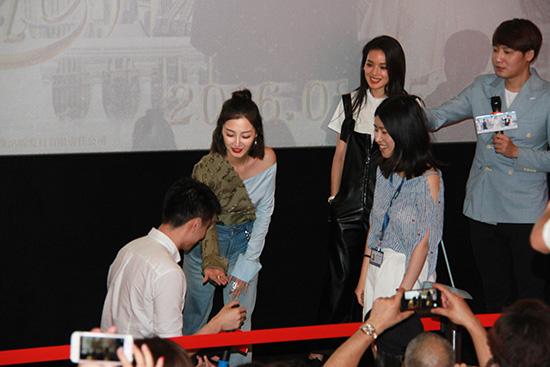 叶青上海宣传《婚礼》 机智送戒指助观众求婚