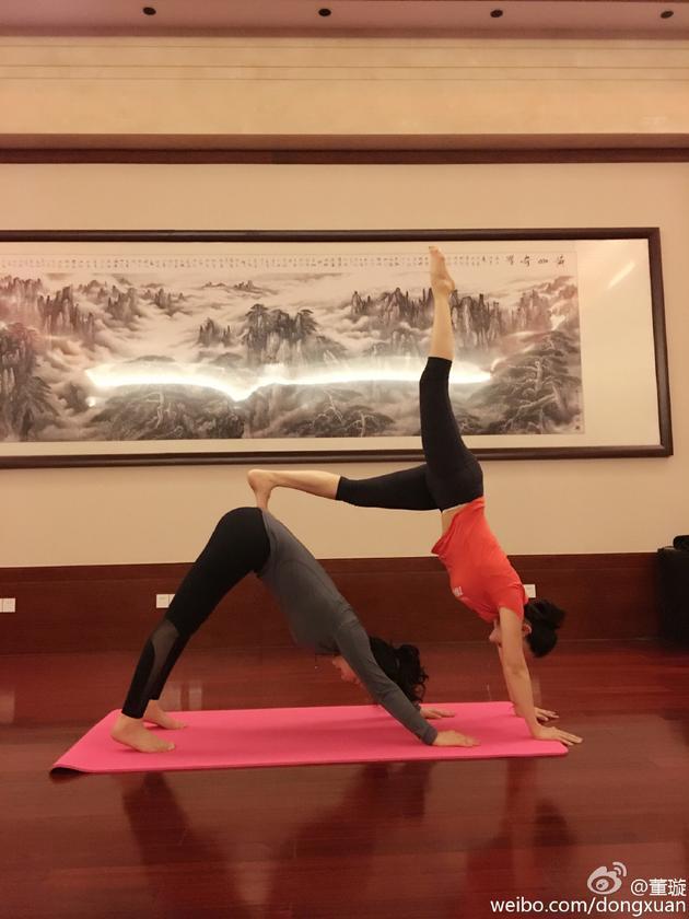 董璇关悦产后练瑜伽 身体柔软似耍杂技
