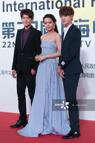 托马斯出现在上海电视节朋克风格西装帅