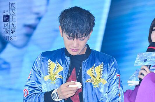黄子韬透露他喜欢用表情包唱歌泡妞