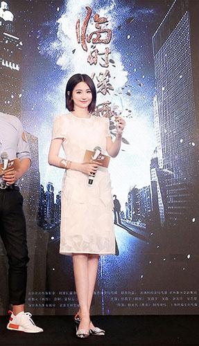 蓝燕拿着《临时保镖》电影节挑战中韩动作片
