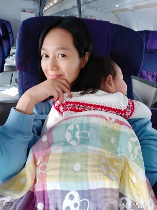 朱丹节日带女儿找周一围团聚 曝宝宝嘴甜征服空姐