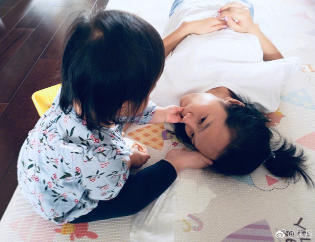 《【恒耀平台网】朱丹晒女儿给自己喂食照 萌娃体贴行为温馨十足》