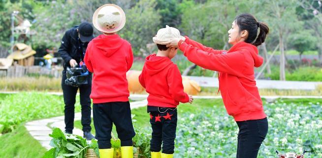 《大冰小将》征战深圳客场 趣味团建小将笑料频出 易烊千玺再战厨房