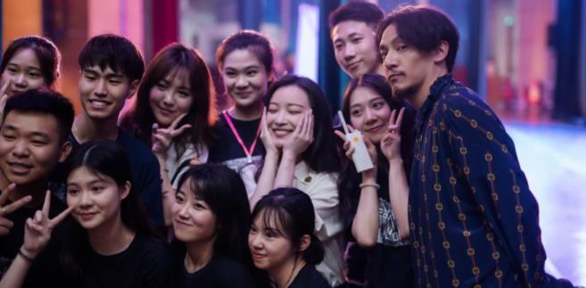 张震电影《雪暴》4月30日公映 首度搭档倪妮上演极地虐恋