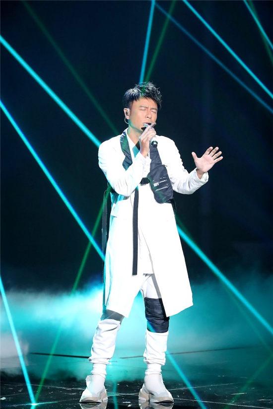 李克勤与周深演绎粤语代表作《月半小夜曲》