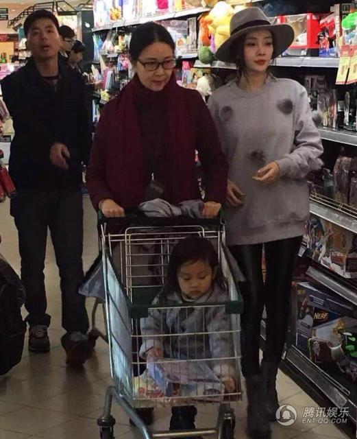 李小璐和妈妈、女儿逛超市 甜馨外婆保养好