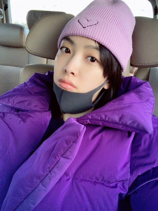 """宋茜绿洲分享穿搭 羽绒服加帽子变""""紫薯""""很保暖"""